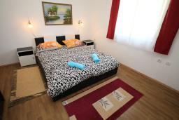 Спальня. Черногория, Будва : Роскошная вилла с бассейном и зеленым двориком, 3 спальни, 2 ванные комнаты, уличное джазуки, барбекю, парковка, Wi-Fi