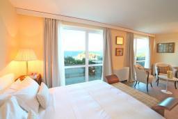 Спальня. Черногория, Святой Стефан : Представительский номер с балконом и видом на море