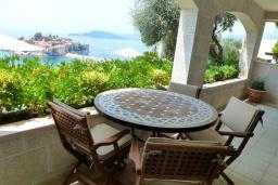 Балкон. Черногория, Святой Стефан : Семейный номер с балконом и видом на море