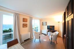 Спальня. Черногория, Святой Стефан : Семейный номер с балконом и видом на море