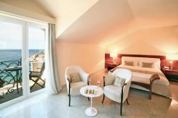 Спальня. Черногория, Святой Стефан : Номер люкс с балконом и видом на море