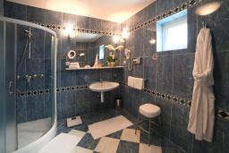 Ванная комната. Черногория, Святой Стефан : Номер люкс с балконом и видом на море