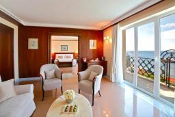 Гостиная. Черногория, Святой Стефан : Двухкомнатный апартамент с балконом и видом на море