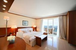 Спальня. Черногория, Святой Стефан : Двухкомнатный апартамент с балконом и видом на море