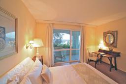 Спальня. Черногория, Святой Стефан : Президентский апартамент с балконом и видом на море