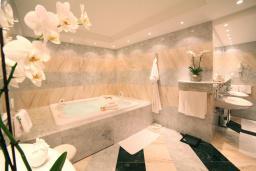 Ванная комната. Черногория, Святой Стефан : Королевский апартамент с балконом и видом на море