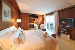 Спальня. Черногория, Святой Стефан : Королевский апартамент с балконом и видом на море