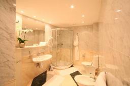 Ванная комната 2. Черногория, Святой Стефан : Королевский апартамент с балконом и видом на море