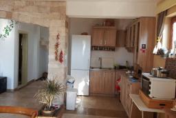 Кухня. Черногория, Булярица : Уютная вилла с зеленой территорией, 3 спальни, 3 ванные комнаты, парковка, Wi-Fi