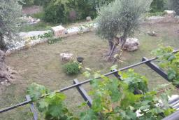 Терраса. Черногория, Булярица : Уютная вилла с зеленой территорией, 3 спальни, 3 ванные комнаты, парковка, Wi-Fi