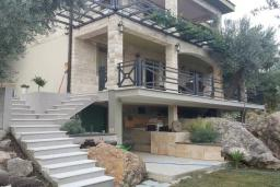 Фасад дома. Черногория, Булярица : Уютная вилла с зеленой территорией, 3 спальни, 3 ванные комнаты, парковка, Wi-Fi