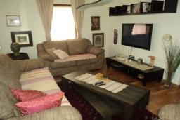 Гостиная. Черногория, Булярица : Прекрасная вилла с бассейном, зеленым двориком и видом на море, 3 спальни, 3 ванные комнаты, парковка, Wi-Fi