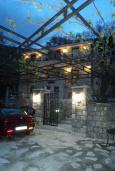 Фасад дома. Черногория, Булярица : Прекрасная вилла с бассейном, зеленым двориком и видом на море, 3 спальни, 3 ванные комнаты, парковка, Wi-Fi