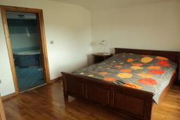 Спальня. Черногория, Булярица : Прекрасная вилла с бассейном, зеленым двориком и видом на море, 3 спальни, 3 ванные комнаты, парковка, Wi-Fi