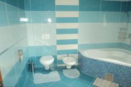Ванная комната. Черногория, Булярица : Прекрасная вилла с бассейном, зеленым двориком и видом на море, 3 спальни, 3 ванные комнаты, парковка, Wi-Fi