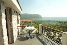 Балкон. Черногория, Булярица : Прекрасная вилла с бассейном, зеленым двориком и видом на море, 3 спальни, 3 ванные комнаты, парковка, Wi-Fi