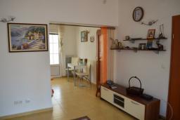 Гостиная. Черногория, Бар : Апартамент в комплексе с бассейном, гостиная, 2 спальни, 2 ванные комнаты, собственный зеленый дворик с барбекю и видом на горы