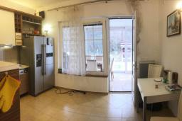 Кухня. Черногория, Бар : Апартамент в комплексе с бассейном, гостиная, 2 спальни, 2 ванные комнаты, собственный зеленый дворик с барбекю и видом на горы