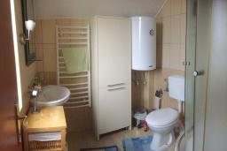 Ванная комната. Черногория, Бар : Апартамент в комплексе с бассейном, гостиная, 2 спальни, 2 ванные комнаты, собственный зеленый дворик с барбекю и видом на горы