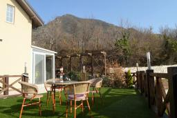 Терраса. Черногория, Бар : Апартамент в комплексе с бассейном, гостиная, 2 спальни, 2 ванные комнаты, собственный зеленый дворик с барбекю и видом на горы