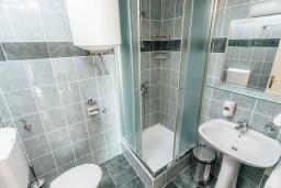 Ванная комната. Черногория, Герцег-Нови : Апартамент с 1 спальней и балконом с шикарным видом на море, у самого пляжа