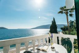 Балкон. Черногория, Герцег-Нови : Апартамент с 1 спальней и балконом с шикарным видом на море, у самого пляжа