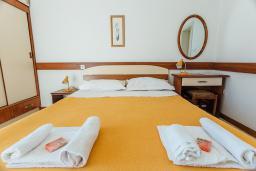 Спальня. Черногория, Герцег-Нови : Апартамент с 1 спальней и балконом с шикарным видом на море, у самого пляжа