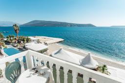 Вид на море. Черногория, Герцег-Нови : Апартамент с 1 спальней и балконом с шикарным видом на море, у самого пляжа