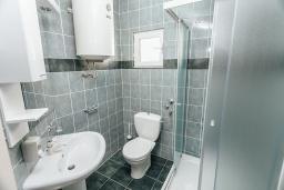Ванная комната. Черногория, Герцег-Нови : Апартамент на мансарде с 1-ой спальней, 2-мя ванными комнатами и балконом с шикарным видом на море, у самого пляжа