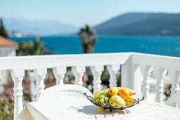 Балкон. Черногория, Герцег-Нови : Апартамент на мансарде с 1-ой спальней, 2-мя ванными комнатами и балконом с шикарным видом на море, у самого пляжа