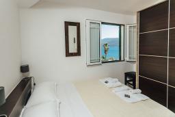 Спальня. Черногория, Герцег-Нови : Апартамент на мансарде с 1-ой спальней, 2-мя ванными комнатами и балконом с шикарным видом на море, у самого пляжа