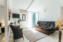 Гостиная. Черногория, Герцег-Нови : Апартамент на мансарде с 1-ой спальней, 2-мя ванными комнатами и балконом с шикарным видом на море, у самого пляжа