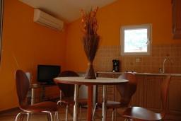 Кухня. Черногория, Рисан : Апартамент с отдельной спальней, с балконом с шикарным видом на море