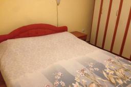 Спальня. Черногория, Столив : Трехэтажный дом в 10 метрах от моря, 3 гостиные, 5 спален, 3 ванные комнаты, зеленый сад, барбекю, парковка, Wi-Fi