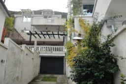 Фасад дома. Черногория, Столив : Трехэтажный дом в 10 метрах от моря, 3 гостиные, 5 спален, 3 ванные комнаты, зеленый сад, барбекю, парковка, Wi-Fi