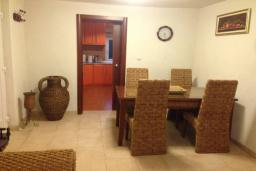 Обеденная зона. Черногория, Столив : Трехэтажный дом в 10 метрах от моря, 3 гостиные, 5 спален, 3 ванные комнаты, зеленый сад, барбекю, парковка, Wi-Fi