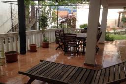 Терраса. Черногория, Столив : Трехэтажный дом в 10 метрах от моря, 3 гостиные, 5 спален, 3 ванные комнаты, зеленый сад, барбекю, парковка, Wi-Fi