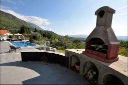 Территория. Черногория, Мрчевац : Просторная вилла с бассейном в окружении леса, 4 спальни, 3 ванные комнаты, барбекю, парковка, Wi-Fi