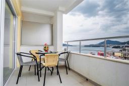Балкон. Черногория, Рафаиловичи : Апартамент в 100 метрах от пляжа, с гостиной, двумя спальнями, двумя ванными комнатами и балконом с видом на море