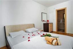 Спальня. Черногория, Рафаиловичи : Апартамент в 100 метрах от пляжа, с гостиной, двумя спальнями, двумя ванными комнатами и балконом с видом на море