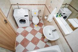 Ванная комната. Черногория, Рафаиловичи : Апартамент в 100 метрах от пляжа, с гостиной, двумя спальнями, двумя ванными комнатами и балконом с видом на море