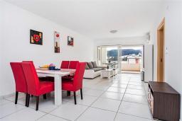 Гостиная. Черногория, Рафаиловичи : Апартамент в 100 метрах от пляжа, с гостиной, двумя спальнями, двумя ванными комнатами и балконом с видом на море