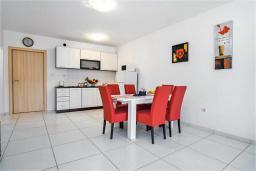 Кухня. Черногория, Рафаиловичи : Апартамент в 100 метрах от пляжа, с гостиной, двумя спальнями, двумя ванными комнатами и балконом с видом на море