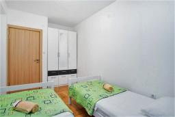 Спальня 2. Черногория, Рафаиловичи : Апартамент в 100 метрах от пляжа, с гостиной, двумя спальнями, двумя ванными комнатами и балконом с видом на море