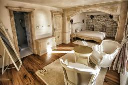 Спальня 2. Черногория, Риека Режевичи : Роскошный каменный дом с бассейном и двориком с барбекю, 4 спальни, 3 ванные комнаты, сауна, камин, парковка, Wi-Fi