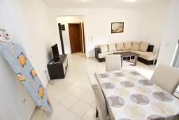 Гостиная. Черногория, Петровац : Апартамент с отдельной спальней, с террасой