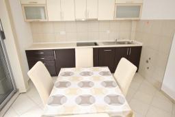 Кухня. Черногория, Петровац : Апартамент с отдельной спальней, с террасой