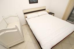 Спальня. Черногория, Петровац : Апартамент с отдельной спальней, с террасой
