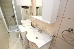 Ванная комната. Черногория, Петровац : Апартамент с отдельной спальней, с террасой