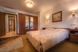 Спальня. Черногория, Пржно / Милочер : Роскошная каменный дом с бассейном и видом на море, 4 спальни, 5 ванных комнат, тренажерный зал, турецкая баня, джакузи, парковка, Wi-Fi